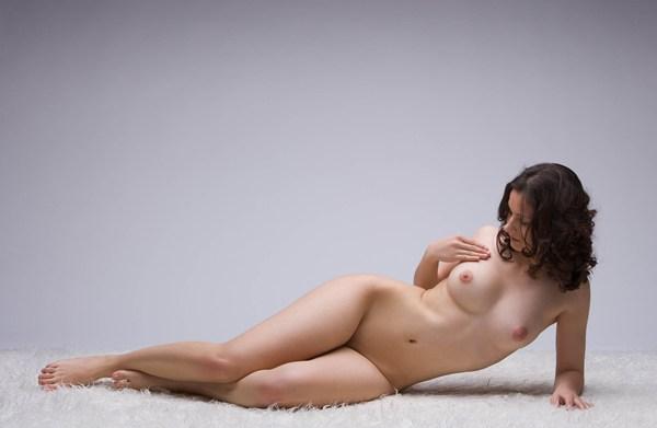 девушка голая и на ней написано ваня фото